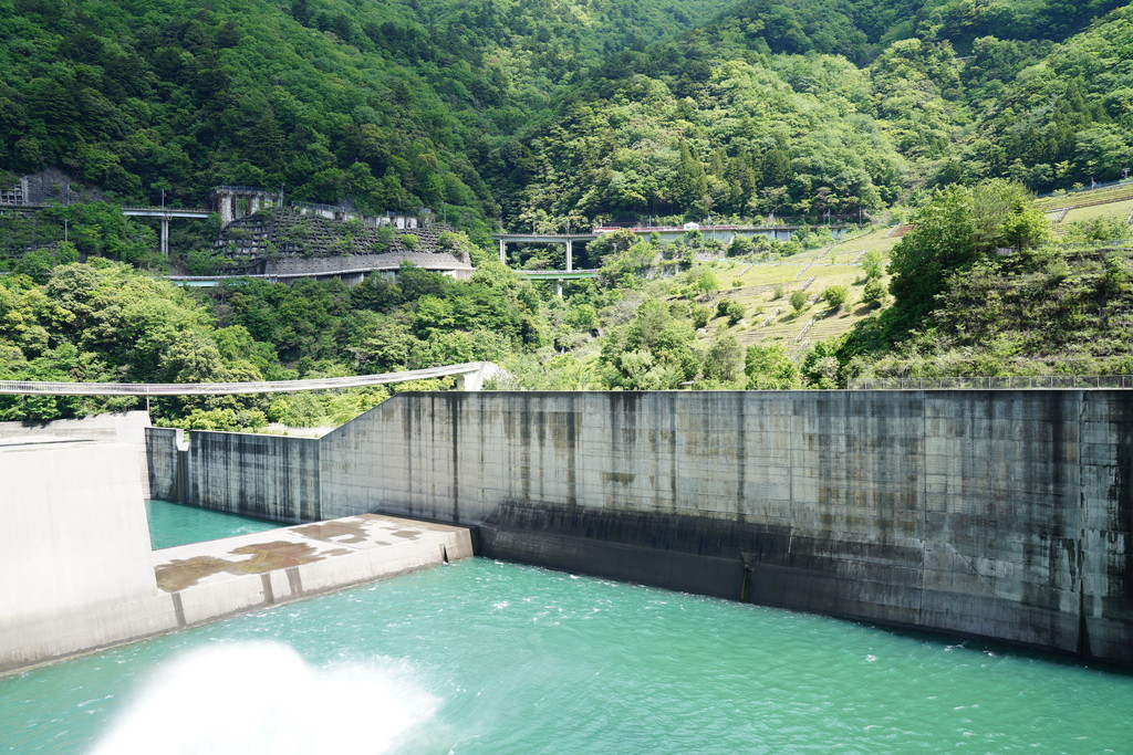 長島ダム、放水口下流付近